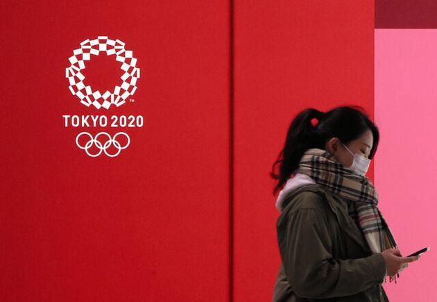 街中に掲示された東京五輪のロゴ=東京都内、林敏行撮影