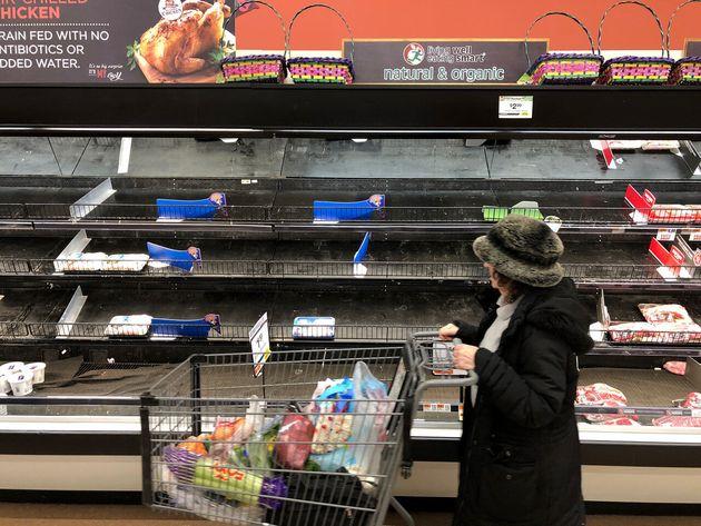 アメリカのスーパーでほぼ空っぽの精肉コーナー アメリカでも新型コロナによる買いだめは発生している。 2020年3月13日・アメリカ・マサチューセッツ州