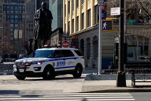 미국 뉴욕경찰이'사회적 거리두기' 단속을 위해 시내를 순찰하고 있다. 2020년