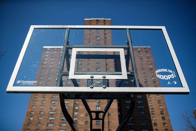 '사회적 거리두기'를 위해 뉴욕시 정부는 시내 야외 농구장의 골대를 제거하는 작업에 착수했다. 2020년