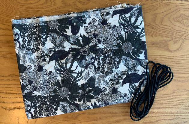 使った布とゴムヒモ。糸は、自宅にあったボタン付け用のものを使いました。