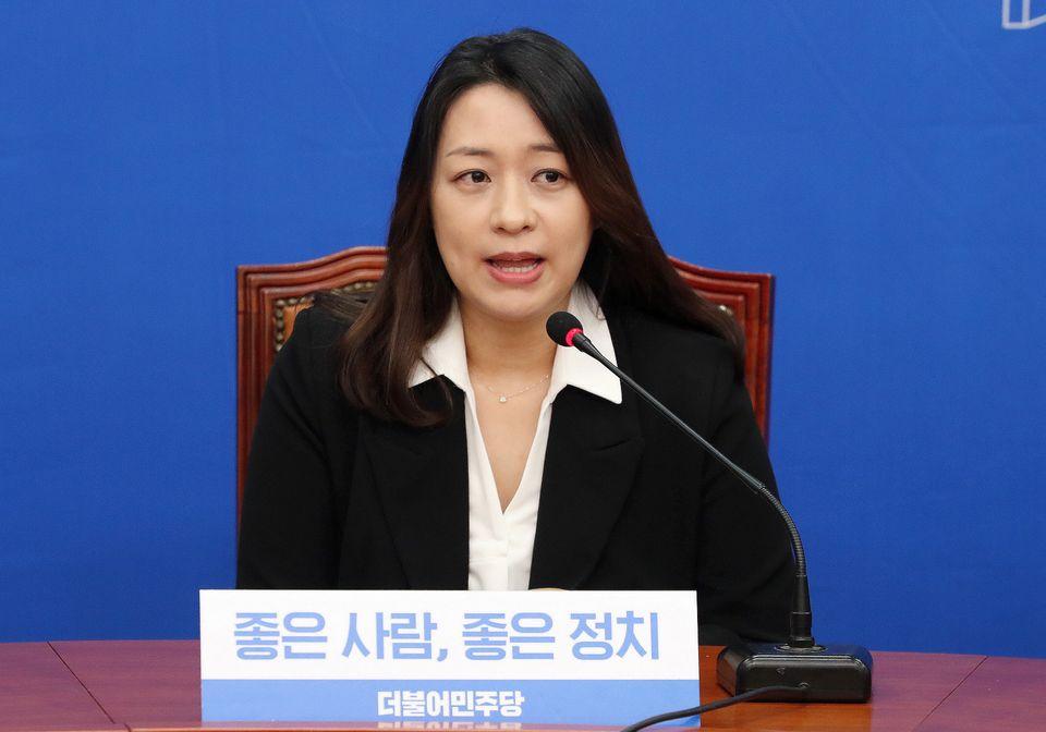 1월 23일 오전 서울 여의도 국회에서 열린 더불어민주당 인재영입 발표 기자회견에서 '태호엄마' 이소현씨가 인사말을 하고