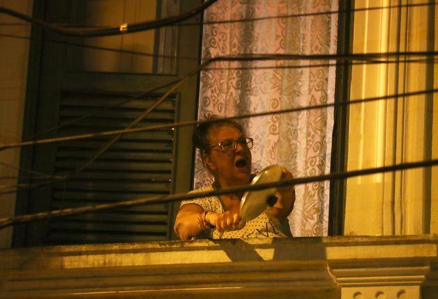 자이르 보우소나루 대통령의 코로나19 대응에 항의하는 브라질 시민들이 자택에서 냄비를 두드리며 시위를 벌이고 있다. 리우데자네이루, 브라질. 2020년