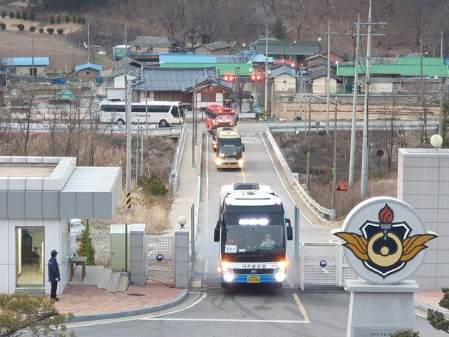 충북 보은 병무청 사회복무연수센터 도착한 대구지역 코로나19 경증환자 112명.