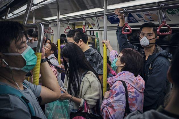 홍콩은 코로나19를 성공적으로 '방어'한 사례로 언급되며 전 세계의 주목을 받아왔다. 사진은 마스크를 쓴 시민들의 모습. 2020년