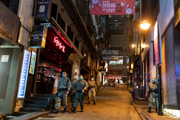 일시 주류 판매 금지 명령이 내려진 가운데 경찰관들이 란콰이퐁 일대를 순찰하고 있다. 2020년