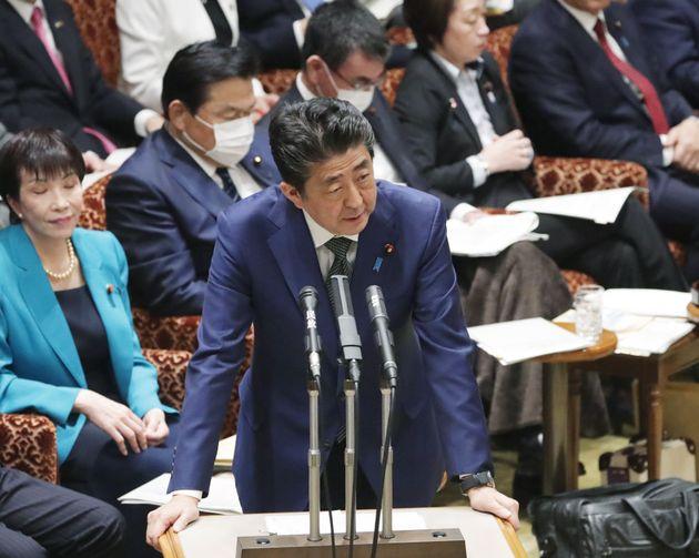 参院予算委で答弁する安倍晋三首相