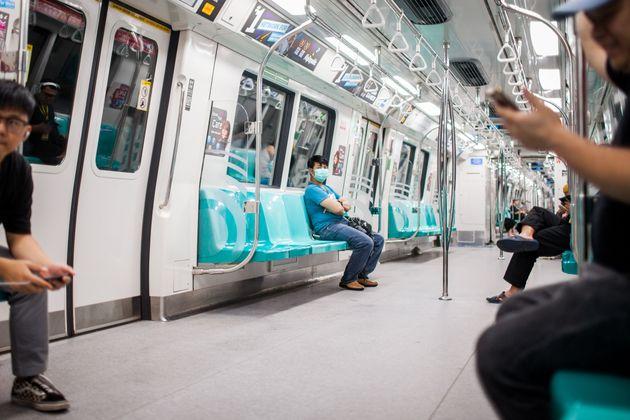 3월 21일 싱가포르의 한 지하철이 한산하게 운행되고