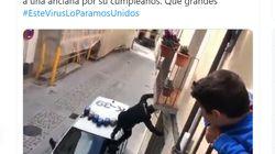 El aplaudido gesto de un agente de Policía de Jaca con una anciana en el día de su