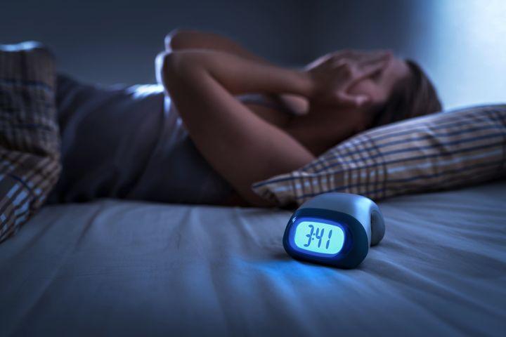 Αν ακόμα ανησυχούμε με το γεγονός ότι ξυπνάμε συχνά τη νύχτα, η Δρ. Μίλερ συμβουλεύει να υπενθυμίζουμε στον εαυτό μας ότι αυτό είναι φυσιολογικό.