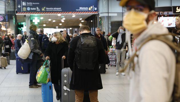 Des habitants de Paris attendent leur train à la gare Montparnasse le 17 mars, quelques heures avant...