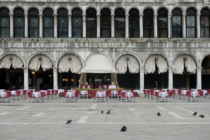 Ένα άδειο εστιατόριο στην έρημη πλατεία του Αγίου Μάρκου στη Βενετία.