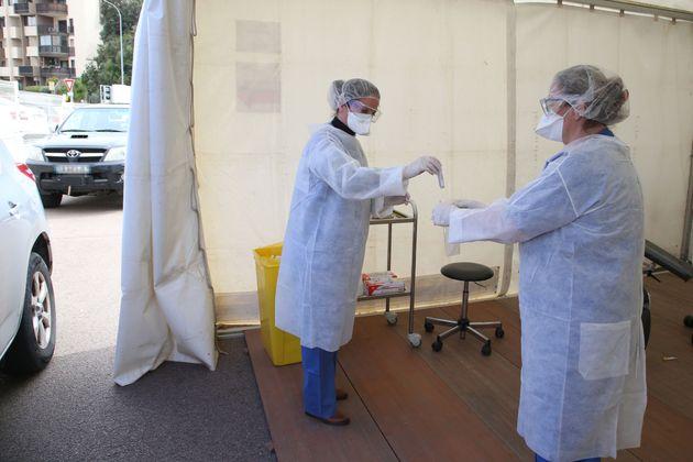 Des médecins recueillent des prélèvements lors d'un dépistage du coronavirus...