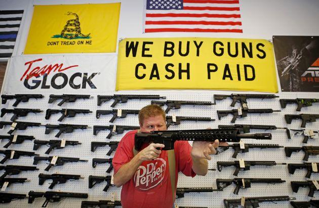 Un employé d'armurerie inspecte un AR-15 dans l'Utah le 20 mars 2020 alors que les ventes d'armes...