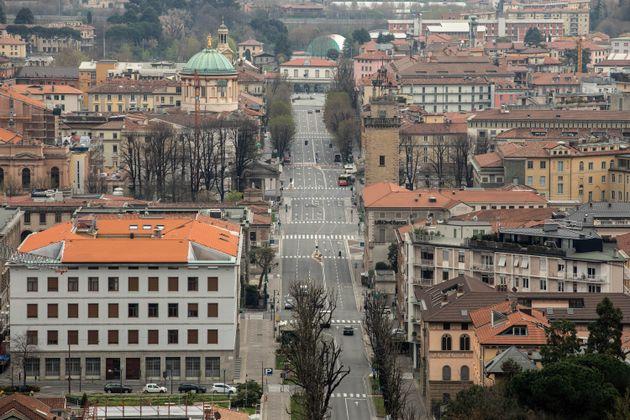 Ruas desertas em Bérgamo, próximo a Milão, no norte da Itália. Bergamo é...