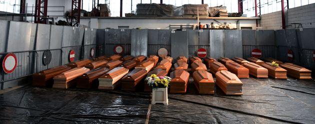 Caixões de 35 italianos mortos por coronavírus em armazém na Ponte São Pedro,...