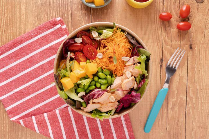 Salada de salmão e edamamedo Salad Stories.