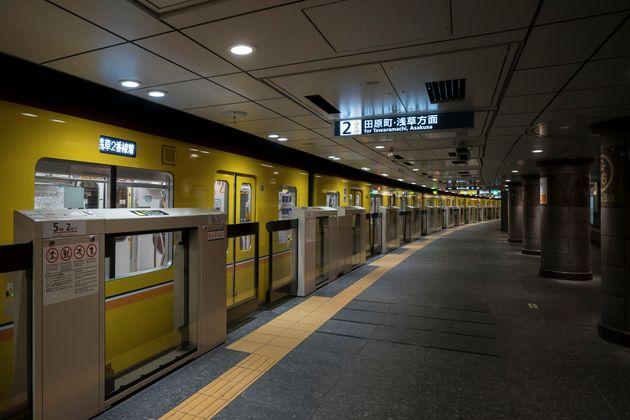 地下鉄・銀座線。利用客がほとんどいない。