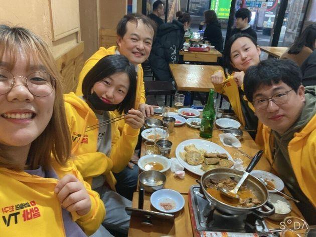 서울 종로구의 한 식당에서 '소상공인 살리기 프로젝트: 과식투쟁'을 벌인