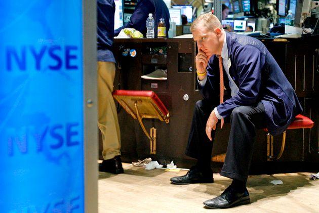 米金融大手リーマン・ブラザーズが経営破綻し、ニューヨーク証券取引所でぼうぜんと座るトレーダー(アメリカ・ニューヨーク)=2008年9月15日撮影