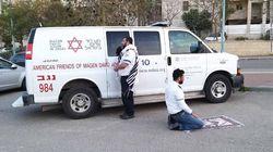 Una foto che emoziona. In Israele un ebreo e un musulmano pregano