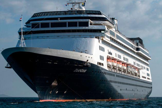 Vue du navire de croisière de Holland America Zaandam, à son entrée dans la baie...
