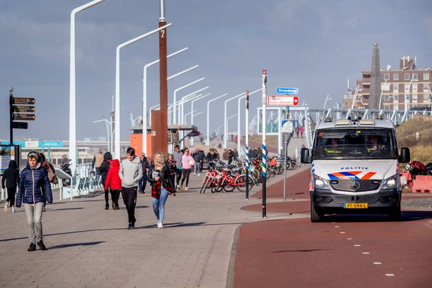 Aux Pays-Bas, ici à La Haye, des incitations à rester chez soi ont été publiées,...