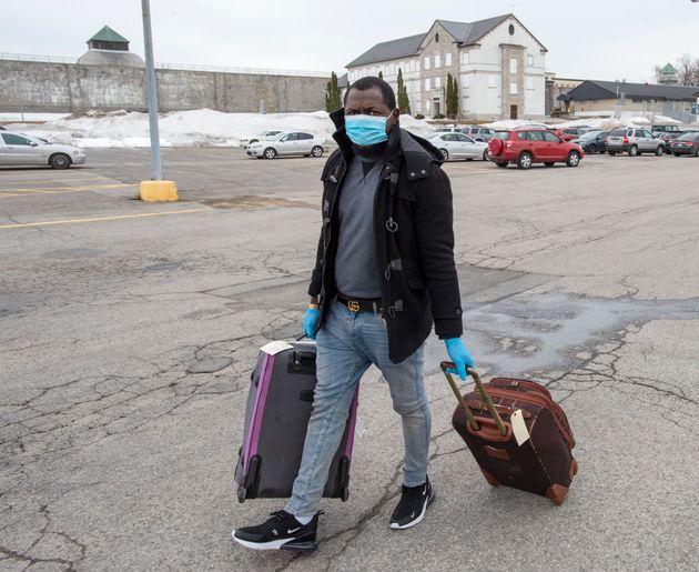Un migrant qui a dit qu'il venait du Togo quitte le centre de détention des Services frontaliers canadiens...