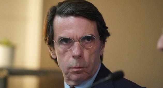 José María Aznar mirando