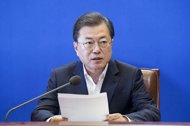 문재인 대통령이 24일 청와대에서 열린 제2차 비상경제회의에서 발언을 하고