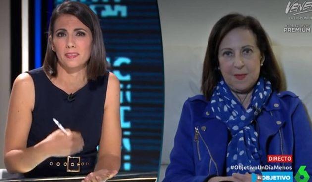 La periodista Ana Pastor (i) y la ministra de Defensa, Margarita
