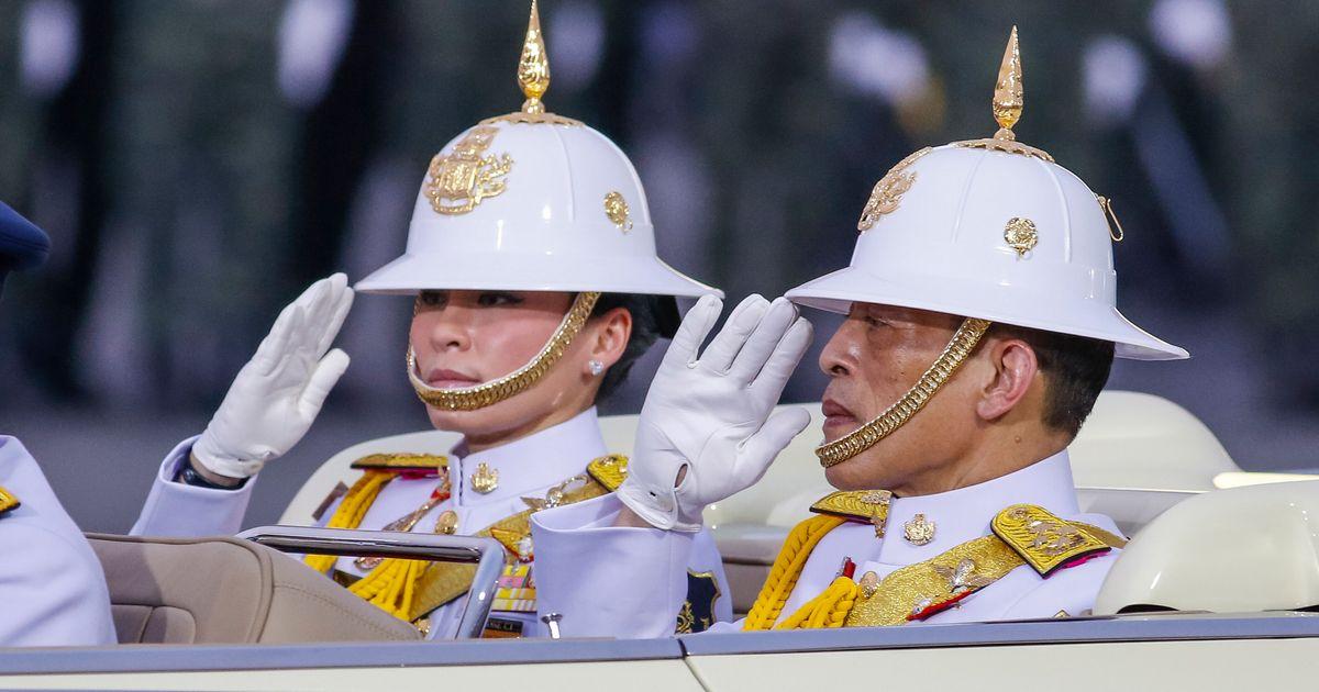 Accompagné de son harem, le roi de Thaïlande se confine dans un hôtel de luxe