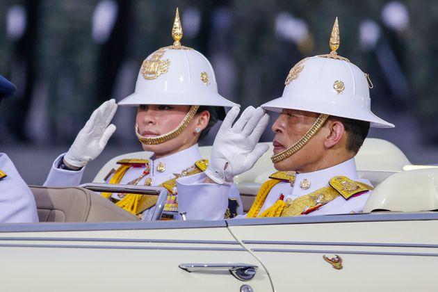 Le roi de Thaïlande Rama X et sa femme la reine Suthida durant une parade militaire en janvier