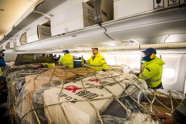 사진은 마스크 등 의료물품을 싣고 중국 상하이를 출발해 독일 프랑크푸르트에 도착한 루프트한자 여객기의 모습. 루프트한자는 이 '특별 수송 작전'을 위해 사상 처음으로 여객기에 사람...