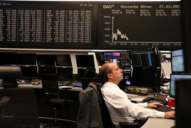 Un trader a lavoro presso la Borsa di