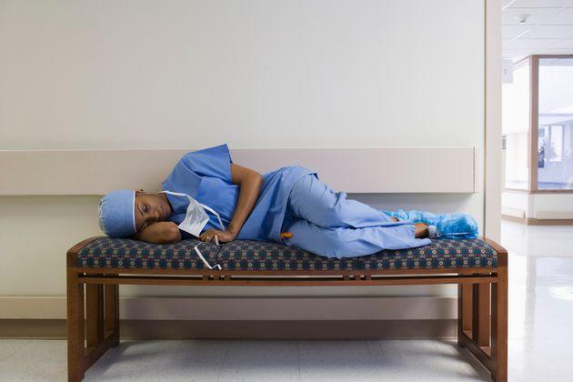 Κορονοϊός: Οι καθημερινές θυσίες γιατρών και νοσηλευτών στον αγώνα κατά της
