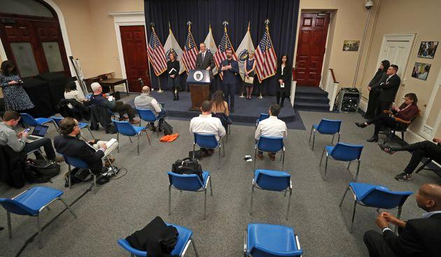 アメリカ、マサチューセッツ州の知事会見。記者席は「ソーシャルディスタンス」が取られている=2020年3月23日