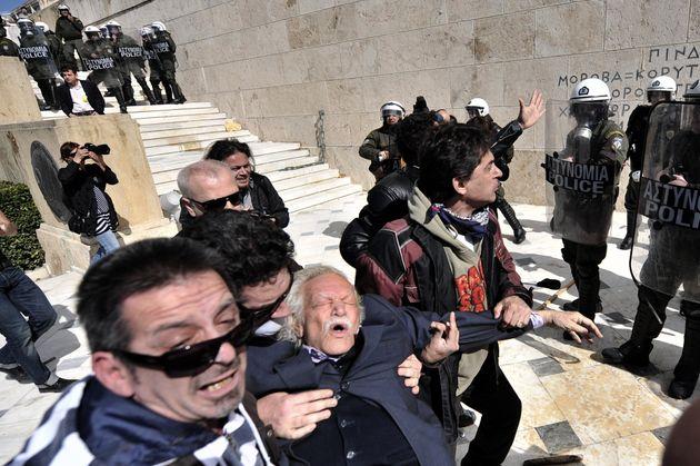 Manolis Glezos, con casi 90 años, en una protesta contra las medidas de la Troika en Atenas en