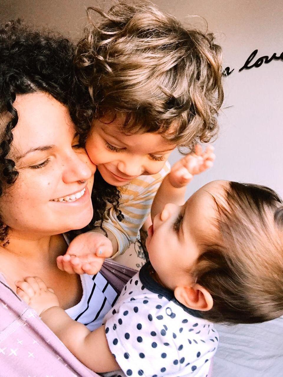 A empreendedora Priscila Josefick, 33 anos, com seus dois filhos: Valentim (à esq.), de 4 anos,...