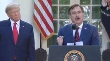 Trump Hände Coronavirus Briefing MyPillow Exec, Der Sagt, Die Amerikaner, Die Bibel Zu Lesen