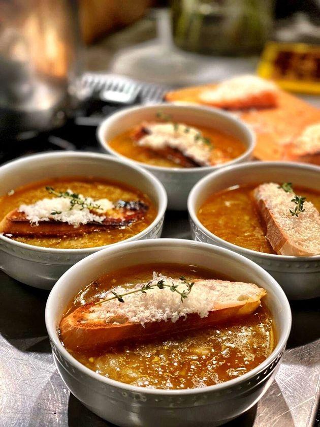 Recetas para una cuarentena más sana: sopa de cebolla con pan y
