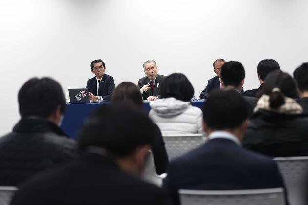 延期開催される東京オリンピックの日程を発表する記者会見の様子=2020年3月30日、東京