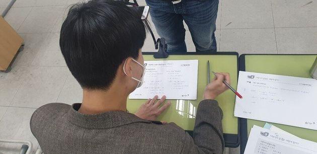 서울 동대문구 휘봉고등학교에서 온라인 수업용 영상 촬영이 진행되고 있다.