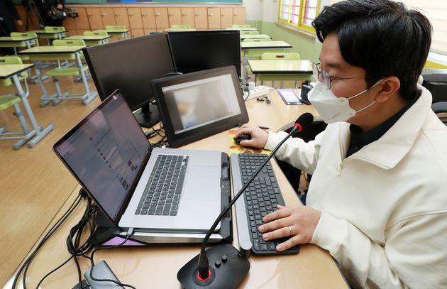 원격교육 시범학교로 지정된 서울 송파구 영풍초등학교에서 교사가 온라인 수업을 하고 있다.