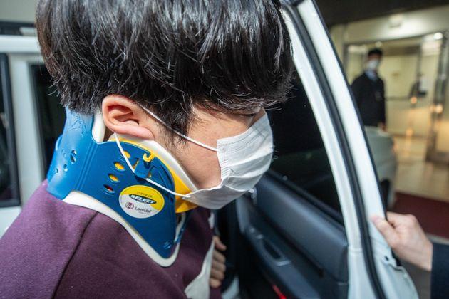 인터넷 메신저 텔레그램에서 미성년자를 포함한 여성들의 성 착취물을 제작 및 유포한 혐의를 받는 '박사방' 운영자 조주빈(25)이 25일 서울 서초구 중앙지검에 송치되고 있다.