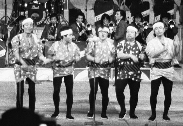 「8時だよ、全員集合」の収録風景。左からいかりや長介、加藤茶、仲本工事、高木ブー、志村けん(神奈川・小田原市民会館)1981年02月18日