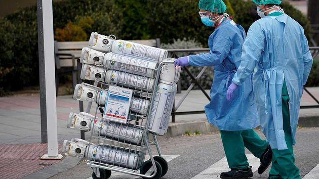 Personal sanitario transporta bombonas de oxígeno en el Hospital 12 de Octubre de