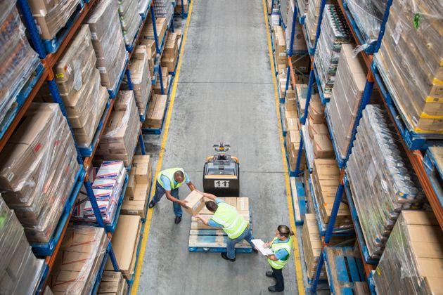 倉庫で働く従業員たち イメージ写真distribution