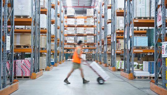 「アロマオイルを届けるために死にたくない」倉庫で勤務する従業員の今 アメリカ