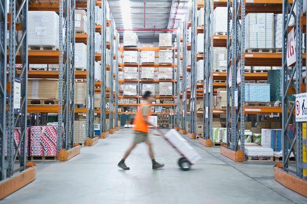 倉庫で働く従業員 イメージ写真